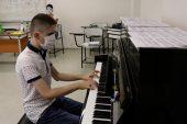 Piyanoya gönül gözüyle dokunuyor