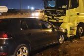 Park halindeki tıra çarpan otomobildeki 3 kişi yaralandı