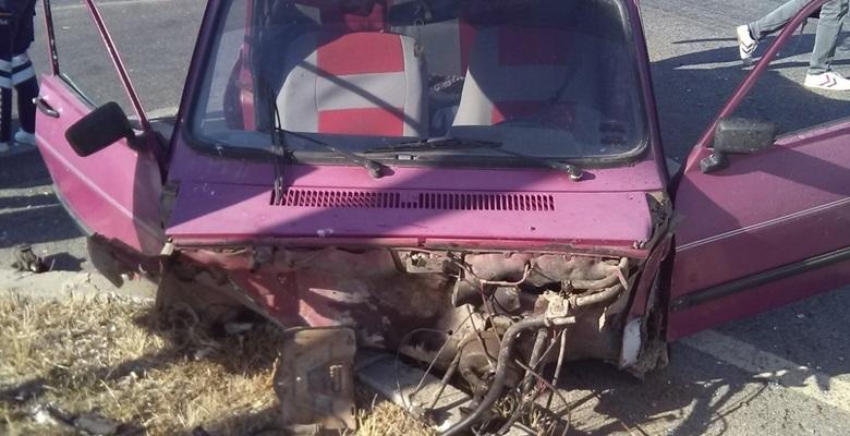 Çarpışmanın şiddetinden arabanın motoru koptu!