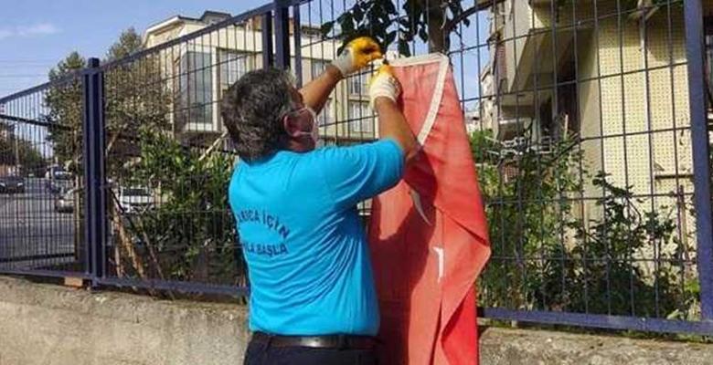 Temizlik görevlisinin Türk bayrağı hassasiyeti…