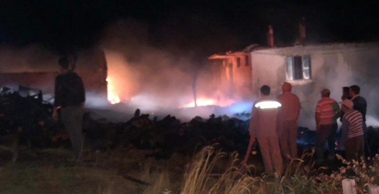 Ev ve samanlık yandı…!
