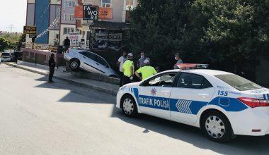 Edirne'de kaza yapan otomobil bahçe duvarında asılı kaldı