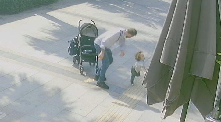 Bebek arabasından düşen çocuğa dayak!