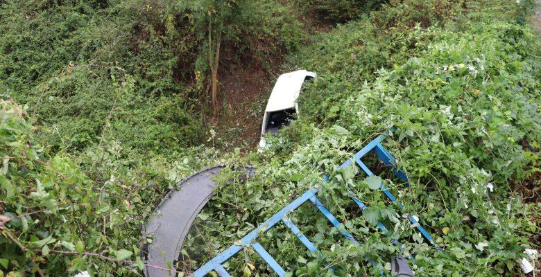 Dere yatağına devrilen otomobildeki 3 kişi yaralandı