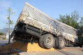 Mısır yüklü kamyon evin bahçesine girdi… 1 yaralı