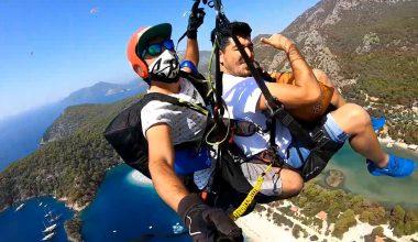Yamaç paraşütüyle atlayan polis, gökyüzünde saz çalıp Neşet Ertaş türküsü söyledi