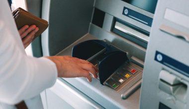 ATM'den para çektiği esnada, paraları almaya çalışan kapkaççıyı polis anında yakaladı