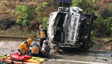 Su kanalına devrilen çöp kamyonundaki 3 kişi yaralandı