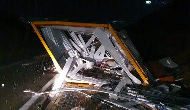 Şiddetli fırtına işçilerin kullandığı konteyneri yerinden söktü