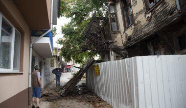 Tarihi bina şiddetli sağana dayanamadı… Yıkıldı!
