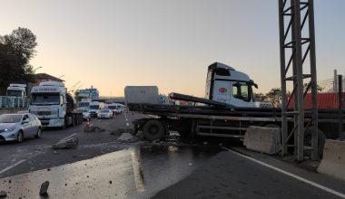 Demir yüklü tır devrildi… Trafik durdu!