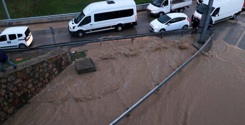 GÜNCELLEME – Kocaeli'de sağanak D-100 kara yolu İstanbul istikametinde ulaşımı aksattı
