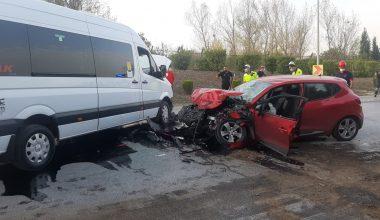 Servis aracıyla çarpışan otomobildeki 2 kişi yaralandı