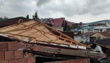 Şiddetli rüzgar çatıları uçurdu
