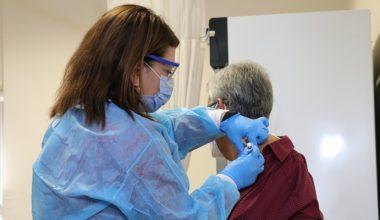 Almanya'dan getirilen Kovid-19 aşısı uygulanmaya başlandı