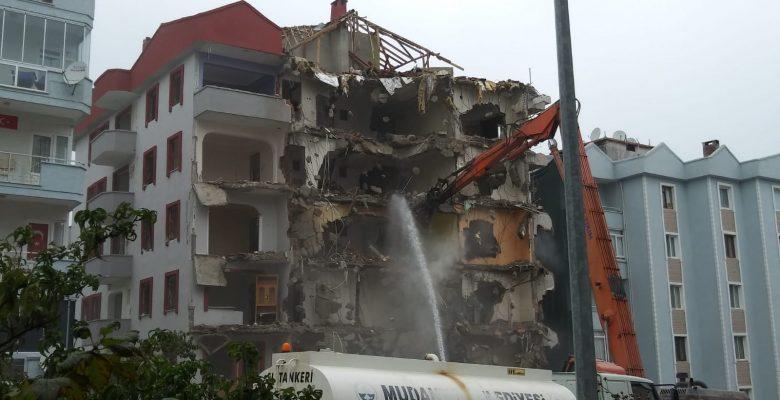 Mudanya'da bina enkazında bir kişinin kaldığı ihbarı üzerine çalışma başlatıldı