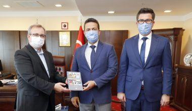 Yazdığı kitabını Rektör Tabakoğlu'na sundu