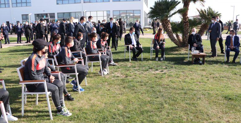 İçişleri Bakanı Soylu,  kamp yapan kadın futbol takımı oyuncularıyla bir araya geldi