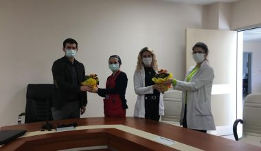 Koronavirüsü yenen hemşireler alkışlar eşliğinde görevlerine başladı