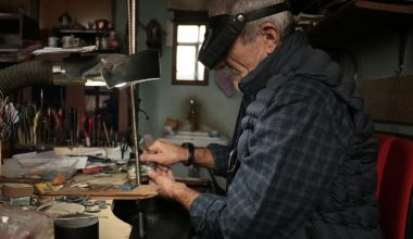 Mehmet usta yarım asırdır boynuzdan göz alıcı takılar üretiyor