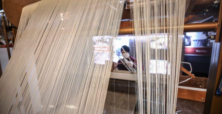 Osmanlı'nın dokuma tekniğiyle ipek kumaşlara tarihi motifleri işliyorlar