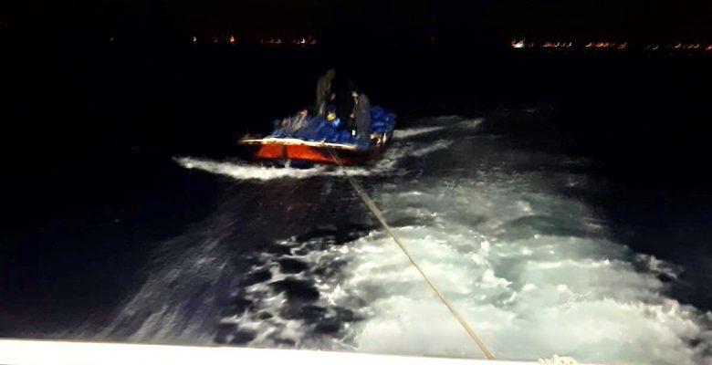 Açıkta arıza yapan tekne kurtarıldı