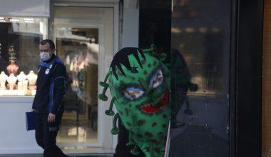 Koronavirüs kostümüyle gezen belediye personelinden maske, mesafe, temizlik uyarısı