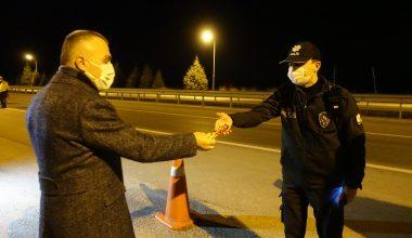 Vali Bilgin, güvenlik güçlerinin yeni yılını kutladı, sürücülere gofret dağıttı