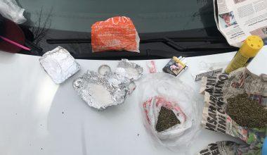 Polisten kaçmaya çalışan şüphelilerin aracından uyuşturucu çıktı