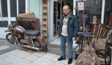 Dükkanında sergilediği eski eşyalarla kültür hizmeti veriyor