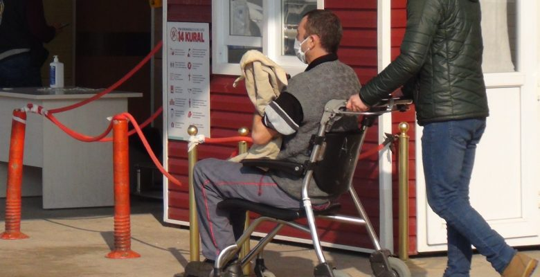 Eli makine ile demirlerin arasına sıkışan işçi yaralandı