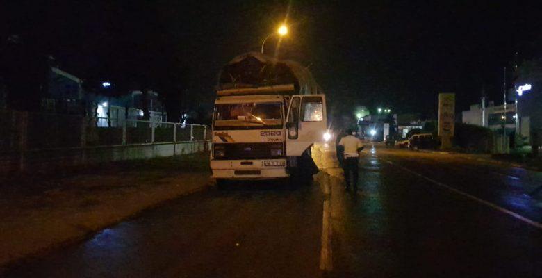 Tahtaları yola saçarak ilerleyen kamyonun sürücüsüne ceza kesildi