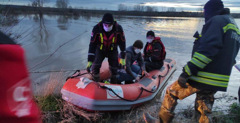 Aracıyla taşan suların ortasında kalan kişiyi AFAD kurtardı