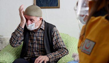 Filyasyon ekiplerinin dağ köyünde ulaşıp aşı yaptığı Selim dede gözyaşlarını tutamadı