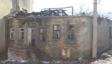 Keşan'da metruk tarihi evde çıkan yangın söndürüldü