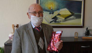 Kütüphaneden en çok kitap alan 78 yaşındaki vatandaşa ödül