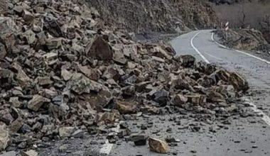 Sağanak ve fırtına nedeniyle düşen kaya parçaları yolu kapattı