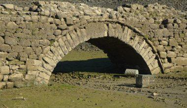 Gölet sularının altındaki tarihi köprü, sular çekilince gün yüzüne çıktı