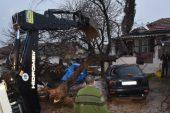Şiddetli rüzgar nedeniyle elektrik direği ve ağaçlar devrildi