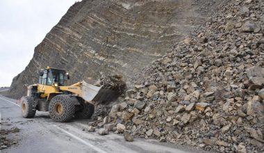 Sağanak ve fırtına nedeniyle düşen kaya parçalarının kapattığı yol ulaşıma açıldı