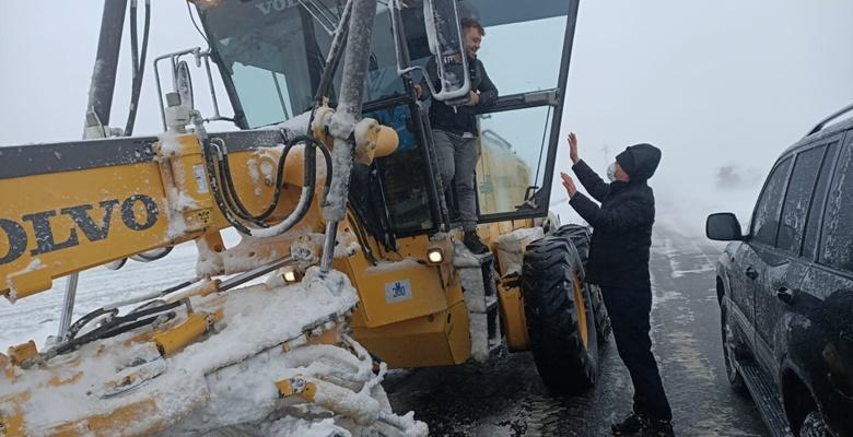 Edirne Valisi Canalp, kar temizliğine yardım etti