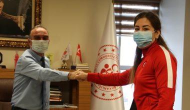 Milli güreşçi Yasemin Adar'dan Gençlik ve Spor Müdürü Ak'a ziyaret