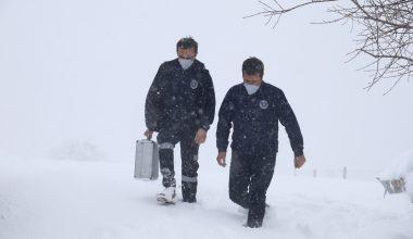 Sağlık ekipleri felçli hastaya belediye ekiplerinin yardımıyla ulaştı