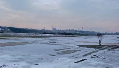 Edirne'de nehir kenarındaki tarlalar buz tuttu