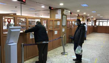Sokağa çıkma kısıtlamasından muaf vatandaşlar vergi dairesinde yoğunluk oluşturdu