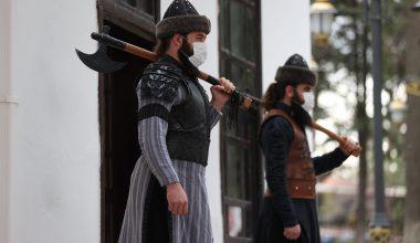 """Ertuğrul Gazi Türbesi'nin alp kıyafetli """"saygı nöbetçileri"""" gururlu"""