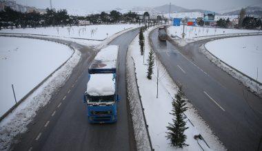 Kar ve tipi nedeniyle kapalı olan yol çift yönlü trafiğe açıldı