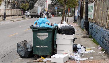 Grev nedeniyle toplanmayan çöpler sokaklarda birikti