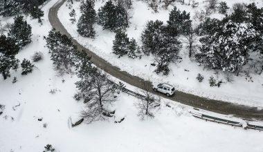 Karlı yolları aşıp hastaneye gidemeyen vatandaşları aşılıyorlar
