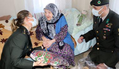 Mehmetçiğe yün çorap ören Zeliha nineye, Mehmetçikten hediye
